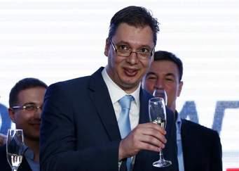 Šta je Vučić rekao novinarima posle svečane predaje ikarbusovih mercedesa