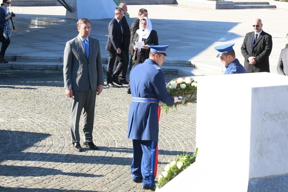 Aleksandar Vučić i delegacije položili cveće u Memorijalnom centru u Potočarima