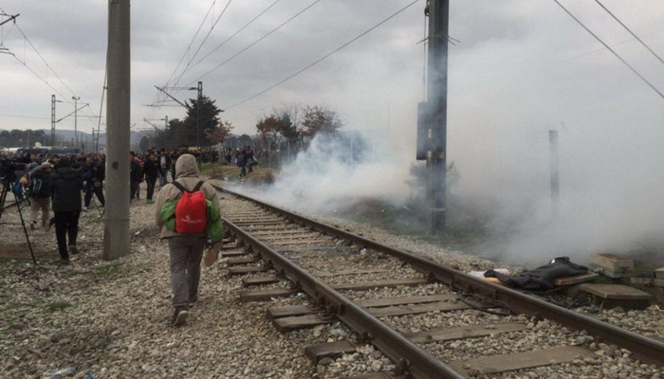 Drama u Gevgeliji: Izbeglice probile ogradu, policija uzvratila suzavcima
