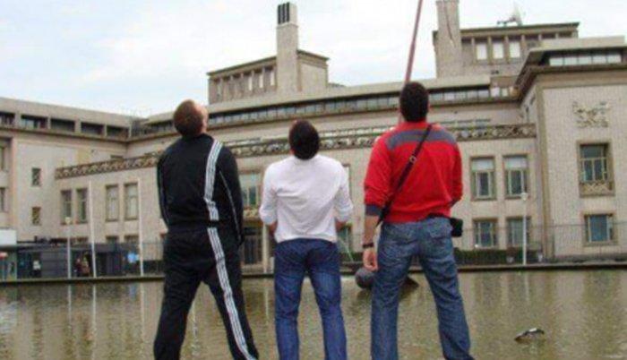 I to se događa: Fukcioner SNS urinirao u fontanu ispred Haškog tribunala