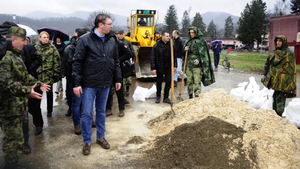Vučić obišao nasip Čikovac i najavio ukidanje vanrednog stanja
