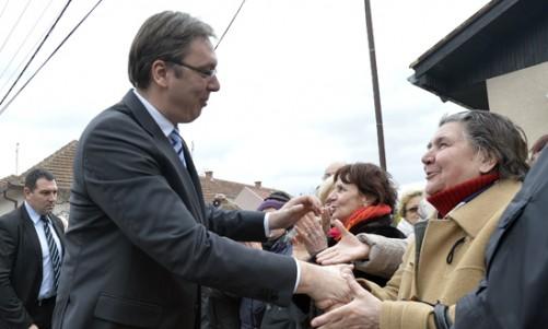 Svilajnac, 24. februara 2016 - Premijer Aleksandar Vucic (L) pozdravlja okupljene gradjane u Svilajncu. Vucic je danas obisao radove na obnovi zgrade srednje skole u Svilajncu, koja je ostecena u majskim poplavama 2014. godine. FOTO TANJUG / ZORAN ZESTIC / tj