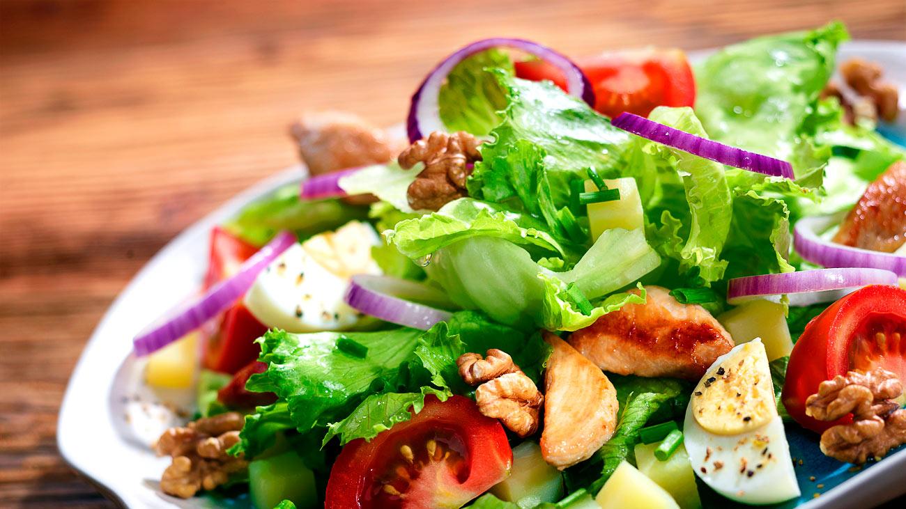 Salata sapečenom piletinpm