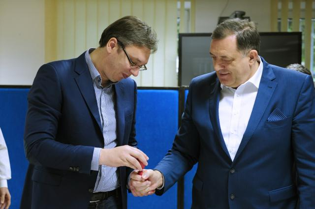 Aleksandar Vučić doručkovao sa pripadnicima Operativnog centra sistema odbrane na Banjici