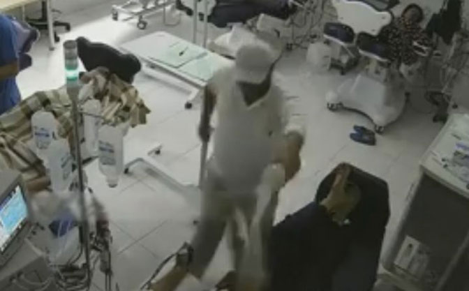 Tirana: Čovek ušetao u bolnicu, polio pacijenta benzinom i zapalio ga (VIDEO)