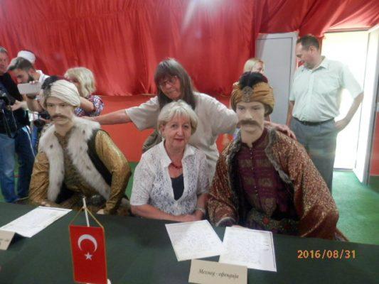 """Novinarke Ana Bjelić iu Ranka Čičak sa !turskom delegacijom iz Požarevačkog mira iz 1718 godine"""""""