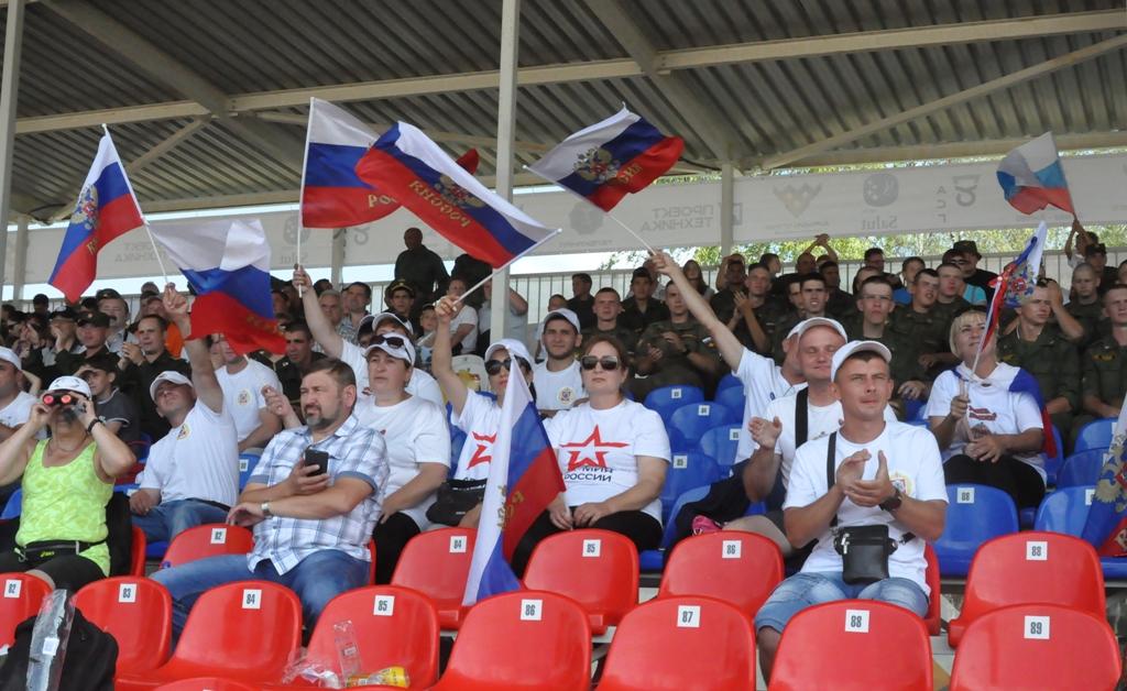 Podrška sa tribina srpskim tenkistima (foto VS)