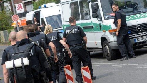"""NJEMAČKI mediji su objavli da je policija je ušla u restoran """"Dubrovnik"""" u gradu Saarbrueckenu i u podrumu pronašla Makedonca koji se bio zabarikadirao. Muškarac je ležao u podrumu, a prema policijskom izvještaju gotovo da je spavao. Kada je pronađen govorio je nepovezano i nije bio naoružan. Saopćeno je da nije povrijeđen te da ima samo ogrebotine. Nakon intervencije policije prebačen je u bolnicu."""