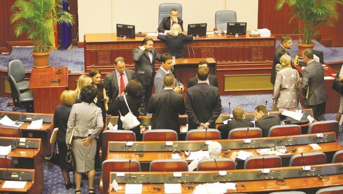 Raspušteno Sobranje Makedonije: izbori 11. decembra!