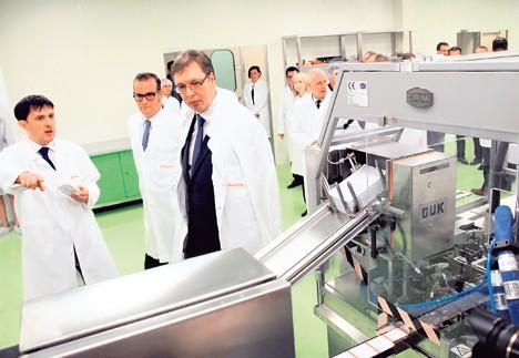 Vučić u vršačkom  Hemofarmu obećao nove povoljne uslove za razvijanje