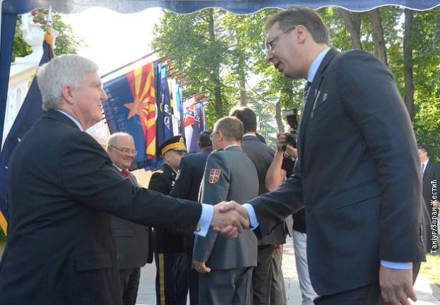 Prvi radni dan predsednika Vučiča: primio  američki poklon