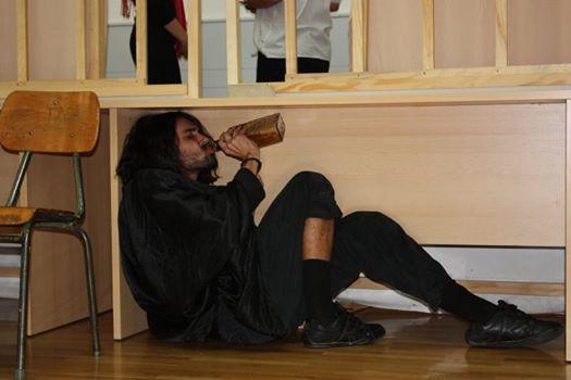 "Vučić je naseo: Fotografija ""dosovog batinaša"" je iz pozorišne predstave ""Iza kulisa""!"