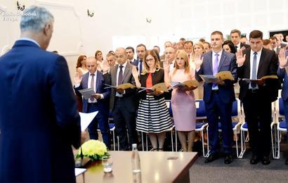 Skupština Srbije: Zašto je premijerka obmanula građane Srbije – sudije su ipak položile zakletvu!