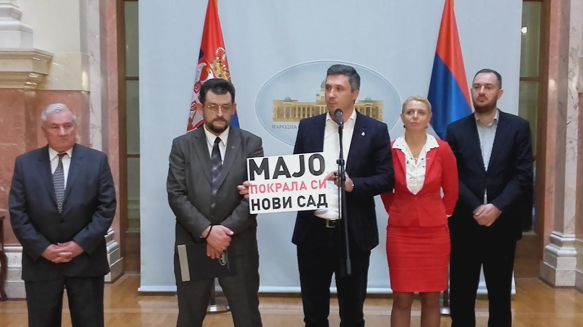 """Skupštinski skandalčići: zašto je Boškov """"miš"""" udrio Martinovića?"""