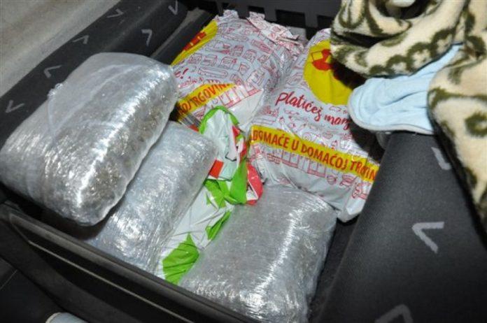 Zaplenjeno oko 4.5 kilograma droge!