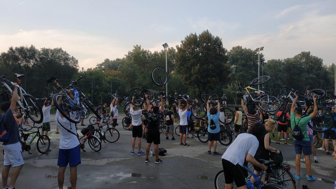 KRITIČNA MASA:  Biciklisti traže bezbednu vožnju