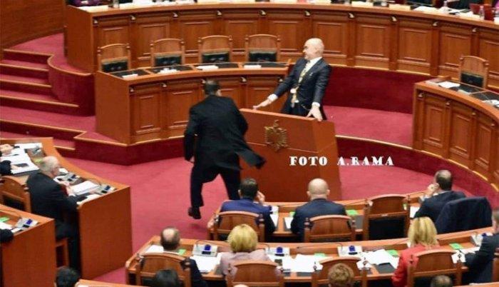Tirana: poslanik gađao jajima Edija Ramu