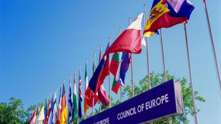 Zastava Severne Makedonije ispred Palate Evropa u Strazburgu
