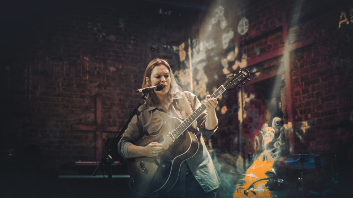 Zagrevanje: Ana Ćurčin peva pre nastupa Still Cornersa u Domu omladine