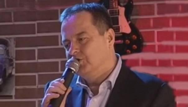DAČIĆ U BUDVI: Malo diplomata – malo pevač!