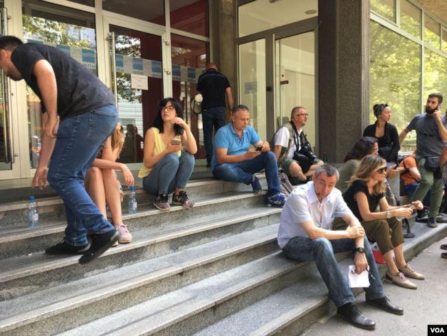 OKRUGLI STO-VLAST I OPOZICIJA: Mediji ispred ulaza FPN