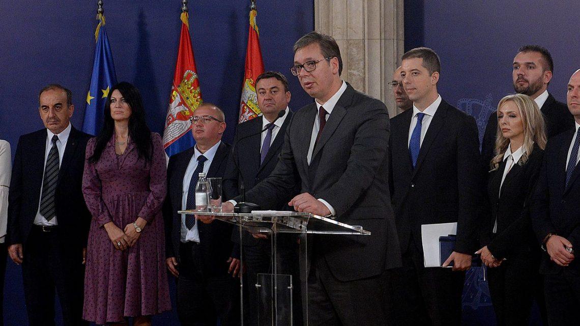 ČEKAJUĆI IZBORE: Vučić i kandidati Srpske liste čekaju pobedu!