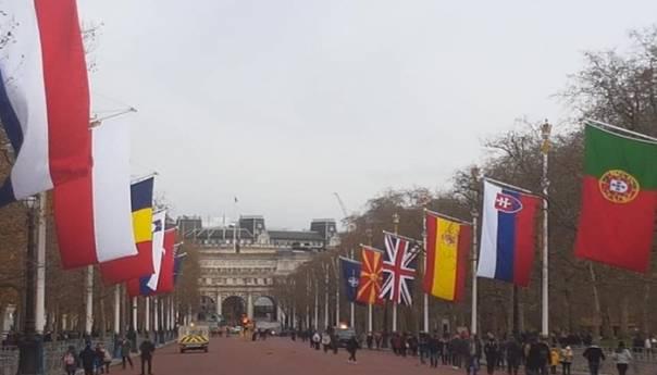 Pred Samit NATO u Londonu: Podignuta i zastava S. Makedonije