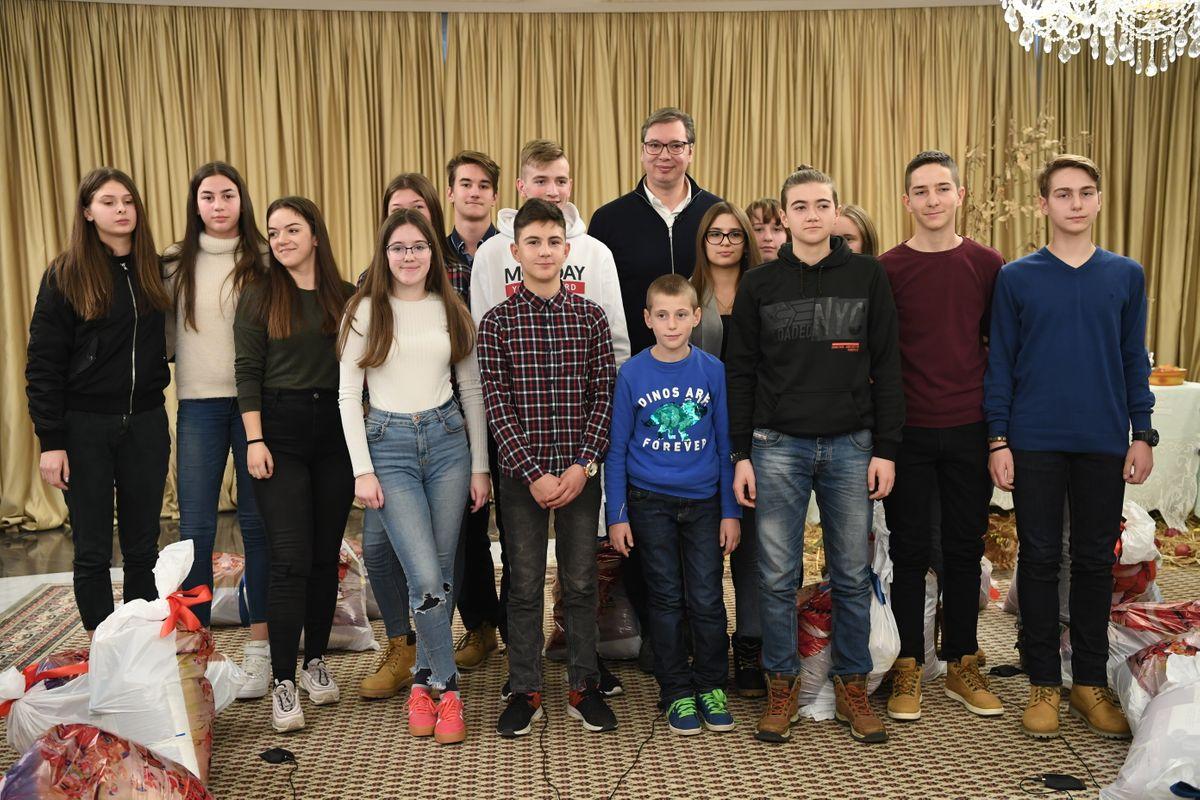 Božićni susret u vili Mir: Vučić podelio paketiće deci iz Hrvatske