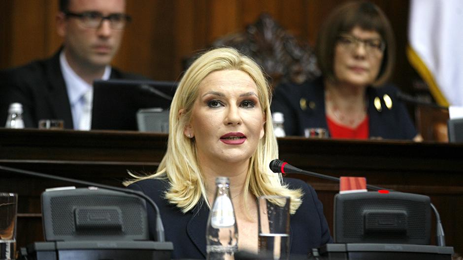 Skupština Srbije: Umesto da kritikuje zakone radikalka Vjerica Radeta vređala Zoranu Mihajlović