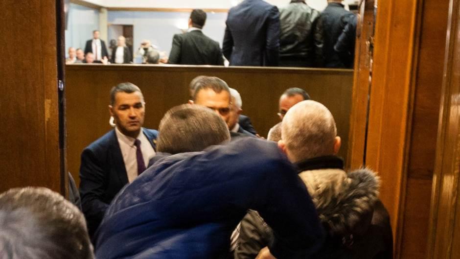 Beograd: Incident pre promocije knjige Vojislava Šešelja!