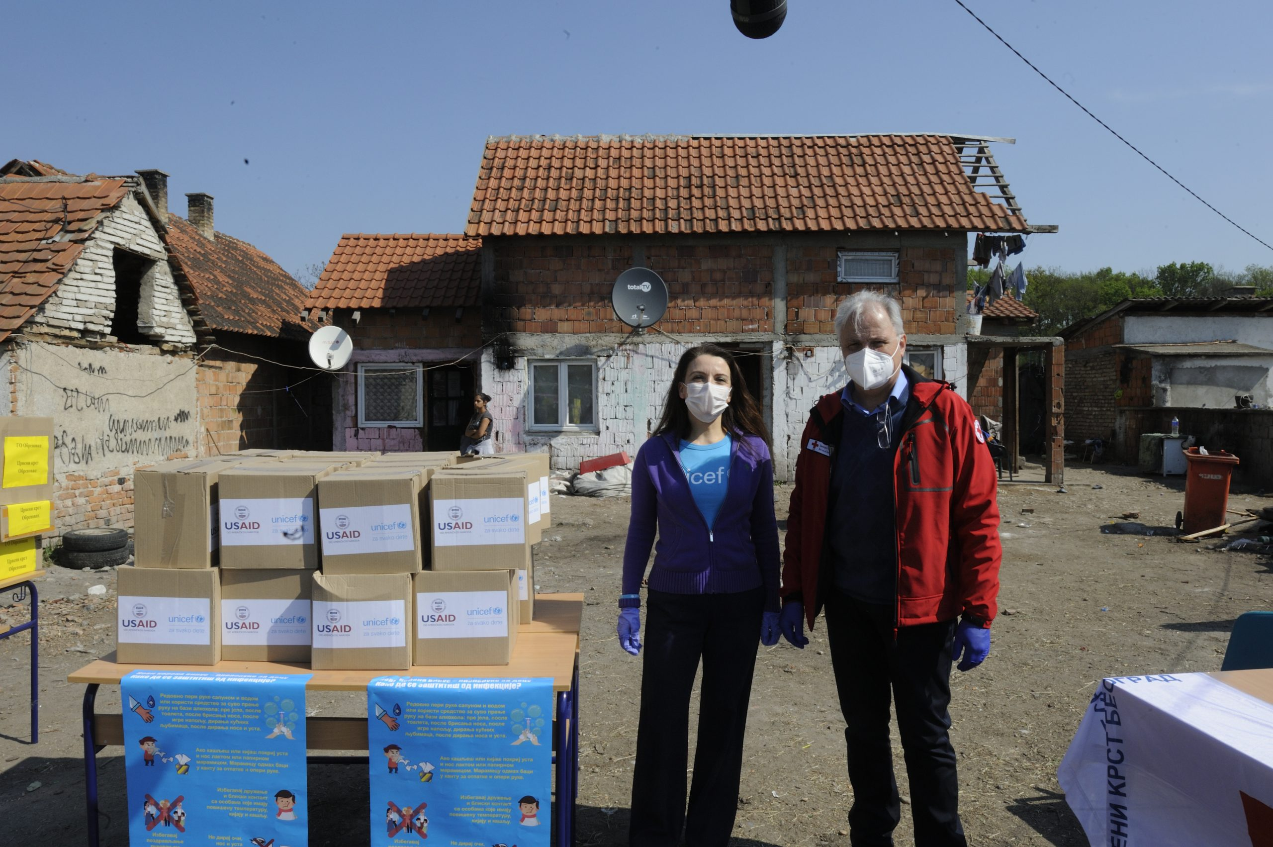 KORONA VIRUS: Unicef, Usaid i Crveni krst isporučili higijenske potrepštine Romima u Obrenovcu