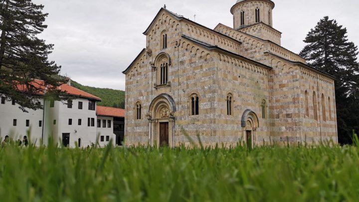 Albanci ponovo grade oko  manastira Dečani