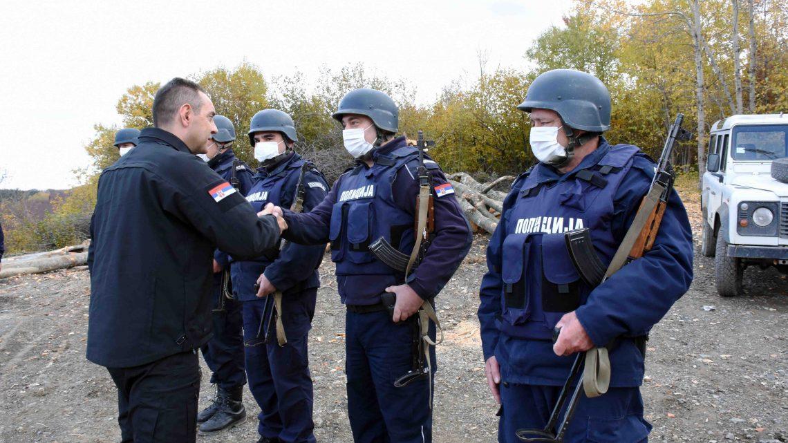 Вулин са припадницима српске полиције у копненој зони безбедности