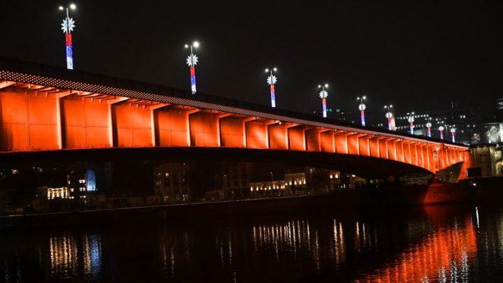 Narandžasto osvetljeni simboli poruka za društvo bez nasilja nad ženama