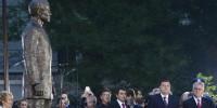 Beograd, 28. juna 2015 - Predsednik Srbije Tomislav Nikolic i predsednik Republike Srpske Milorad Dodik na svecanom otkrivanju spomenika Gavrilu Principu. Predsednici Srbije i Republike Srpske (RS) Tomislav Nikolic i Milorad Dodik prisustvovali su danas otkrivanju spomenika Gavrilu Principu u Finansijskom parku, a Nikolic je porucio da je Princip bio nosilac ideje oslobodjenja od ropstva, koja je tada kruzila Evropom. FOTO TANJUG / RADE PRELIC / bb