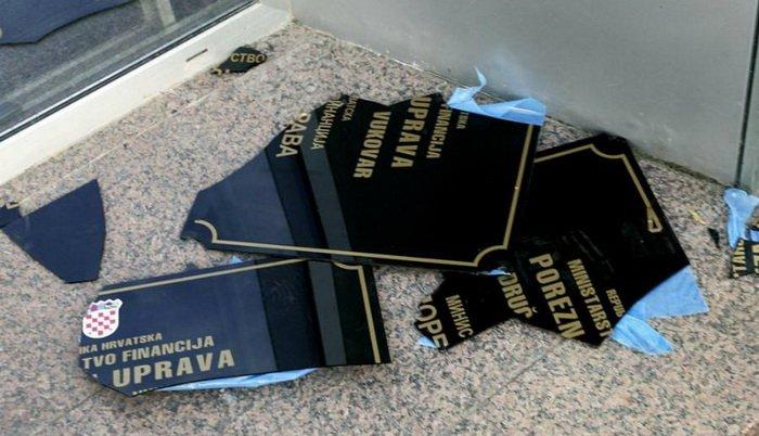 Vukovar: zbog lomljenja dvojezičnih tabli šest (uslovno)meseci zatvora